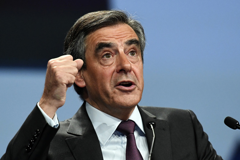 Candidate for the right-wing Les Republicains (LR) party primaries ahead of the 2017 presidential election and former French prime minister Francois Fillon gestures as he speaks during a meeting on November 18, 2016 in Paris. / AFP PHOTO / BERTRAND GUAY